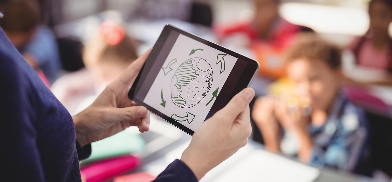 Lehrkraft mit einem Tablet