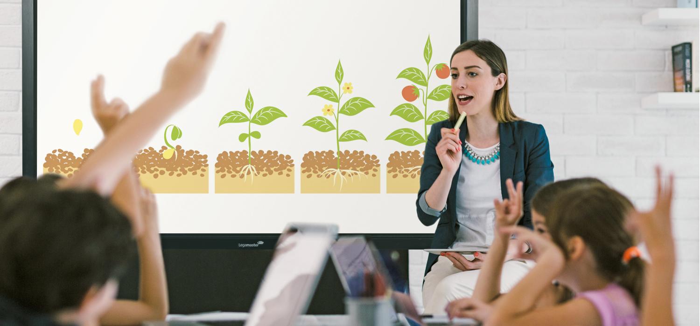 Lehrkraft vor einer digitalen Tafel
