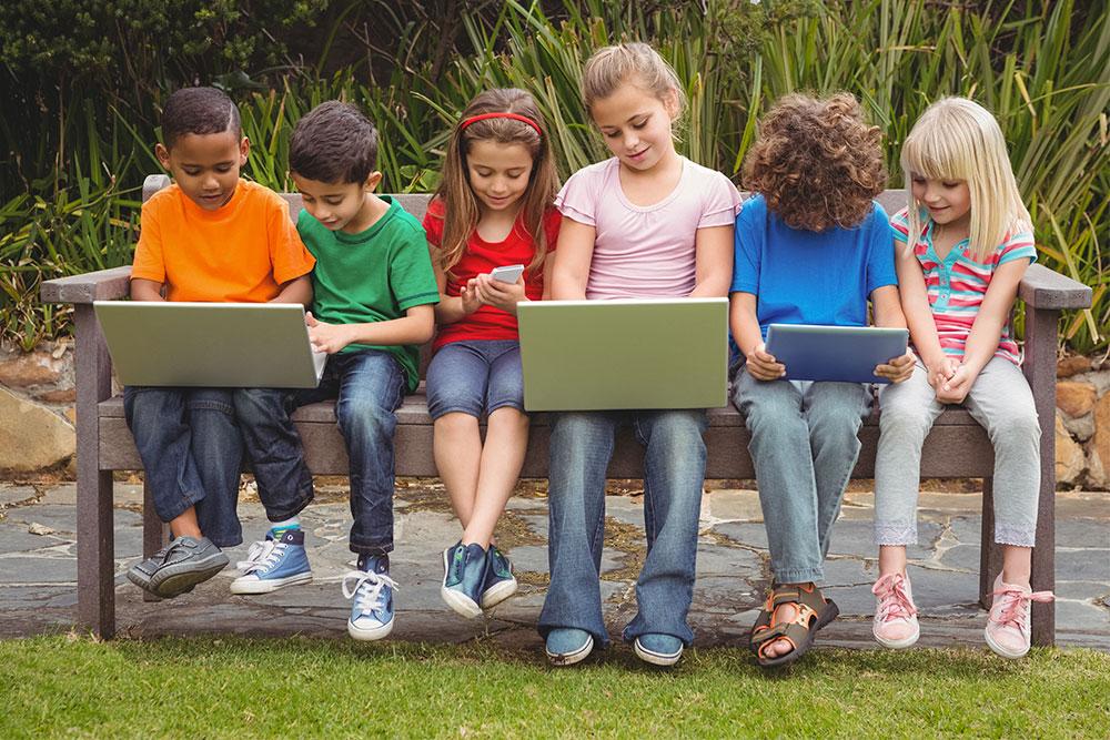 Fortbildungen Schulentwicklung Kinder mit Notebook