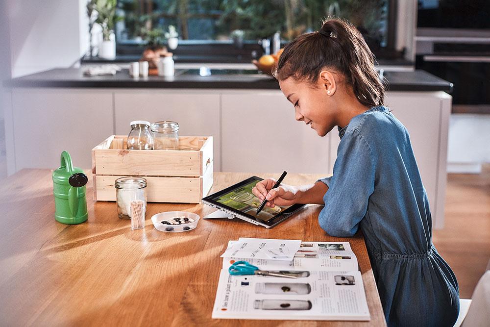 Didaktik Kind vor einem Notebook Zuhause Lernen