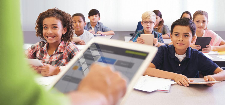 Schüler mit Tablets in Klasse